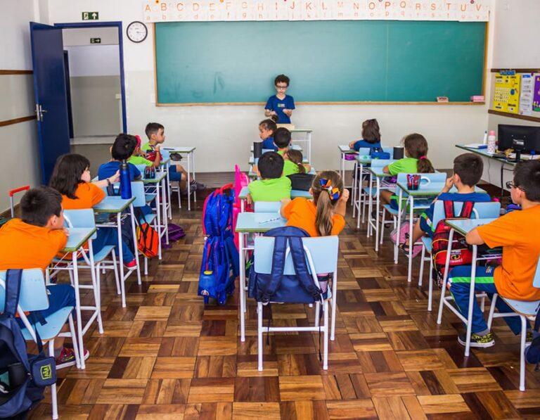 alunos em sala de aula escola cristã