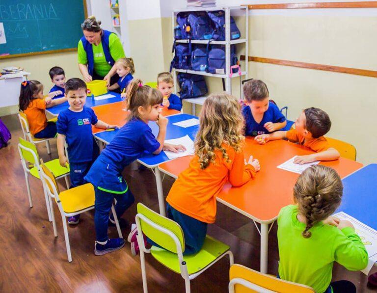 aula com educação por princípios