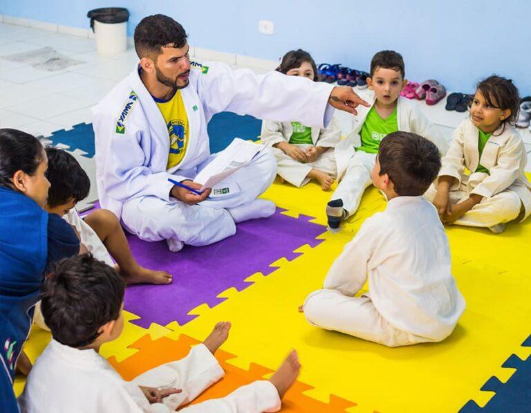 aula de karatê na escola cristã