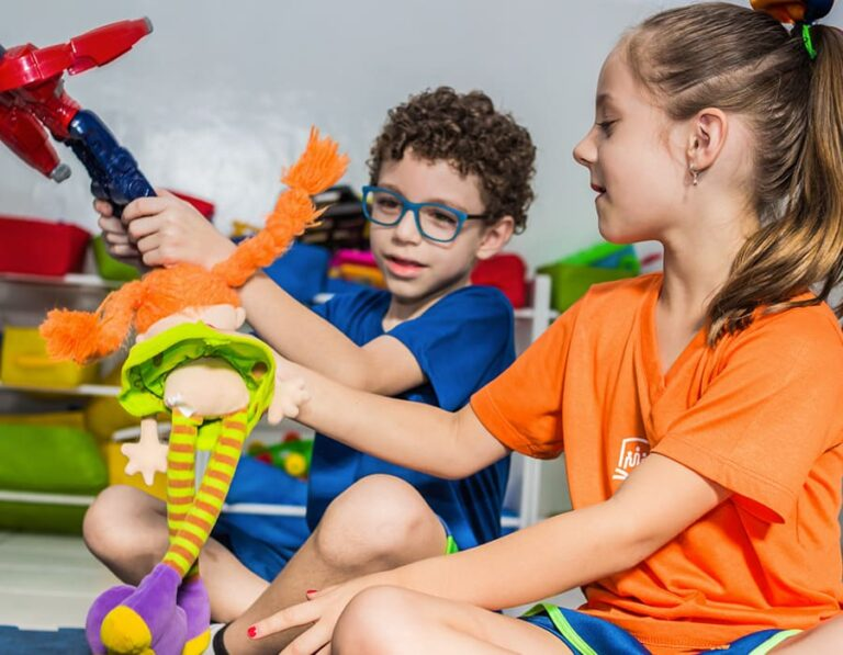 crianças brincando escola cristã
