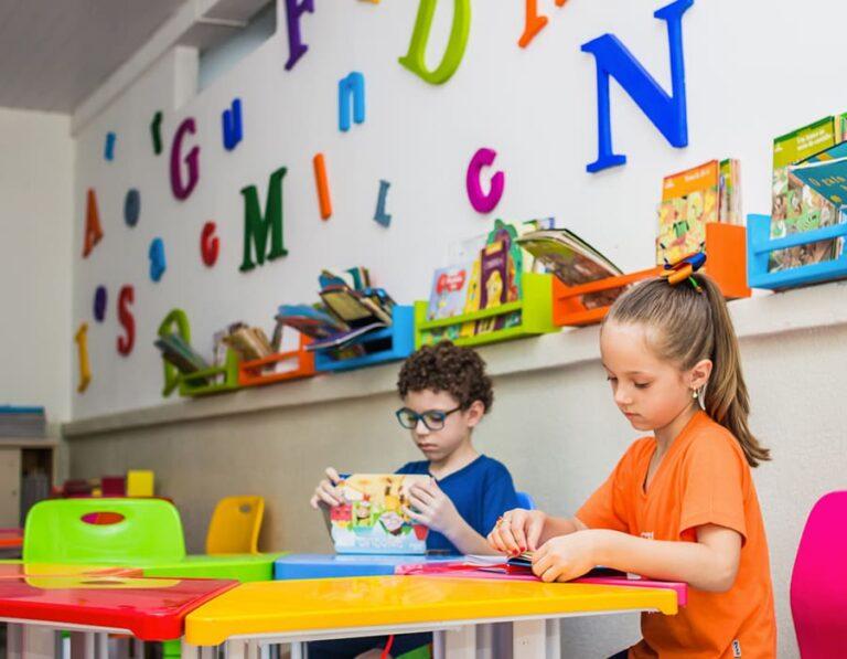 crianças estudando escola cristã