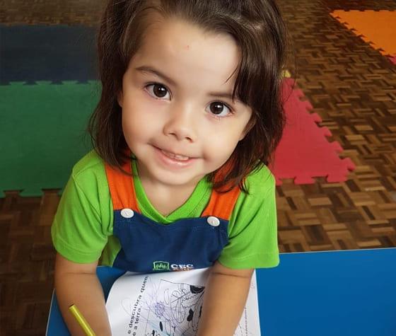 menina sorrindo escola cristã