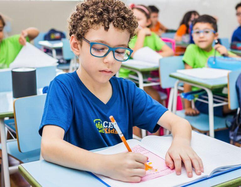 menino estudando escola cristã