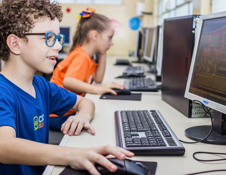 menino olhando computador escola cristã